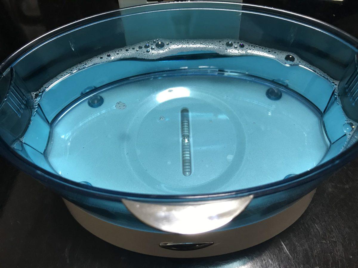 超音波洗浄機に水を張る